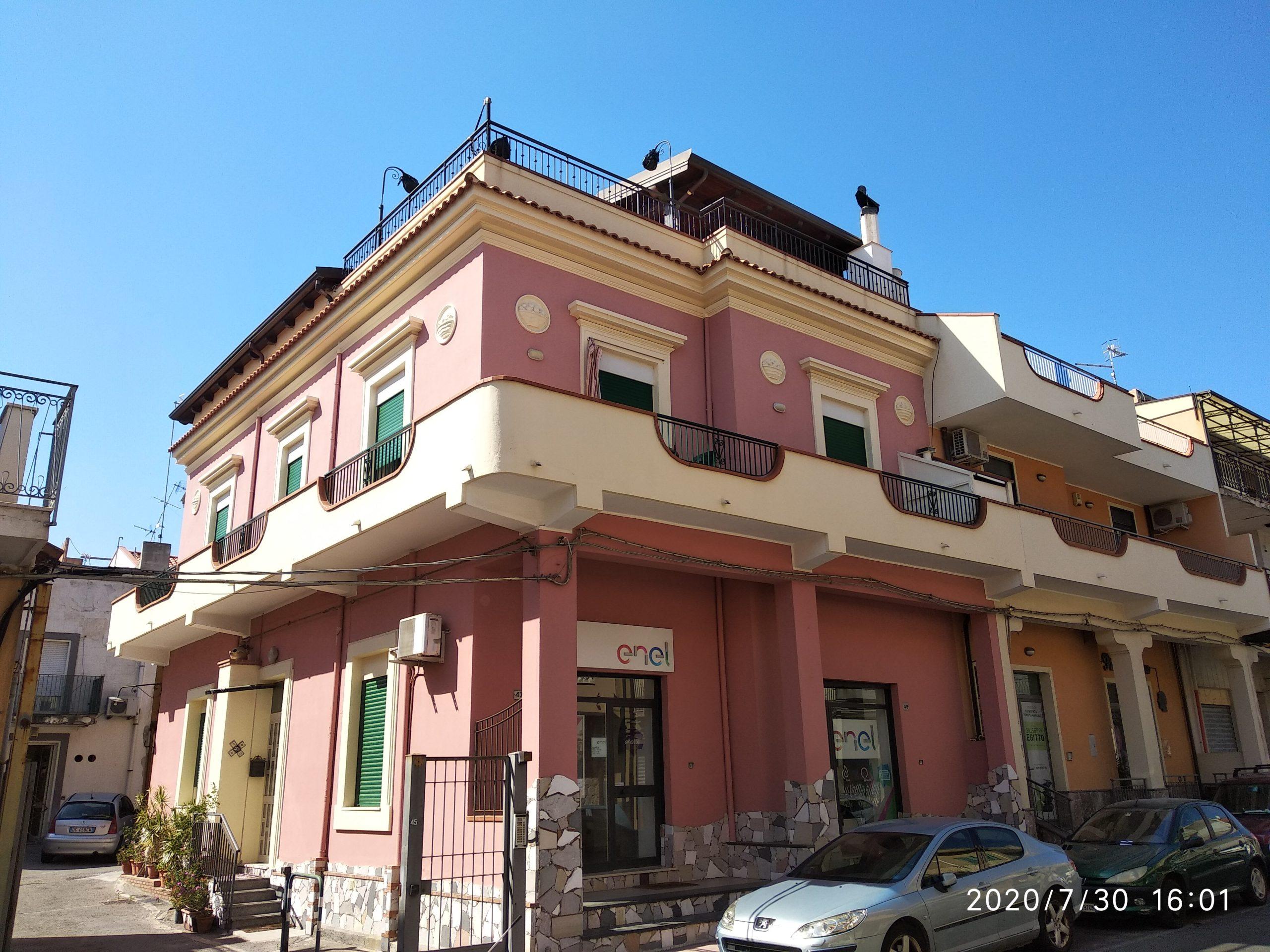 Vendesi Intero stabile su 3 livelli vicino al mare - S. Teresa di Riva